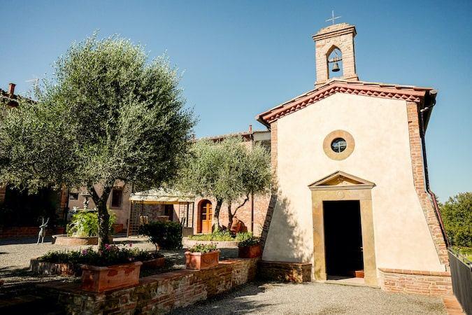 Agriturismo Tenuta i Mandorli - una chiesetta nella campagna toscana
